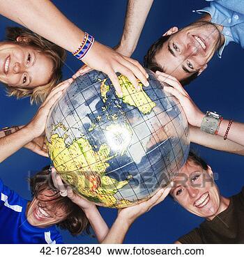 Arquivo de Fotografias - sorrindo, amigos,  hands', sobre,  globo. fotosearch  - busca de fotos,  imagens e clipart
