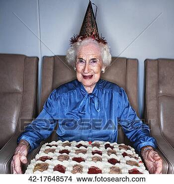 Banco de Imagem - sênior, mulher,  segurando, aniversário,  bolo. fotosearch  - busca de fotos,  imagens e clipart