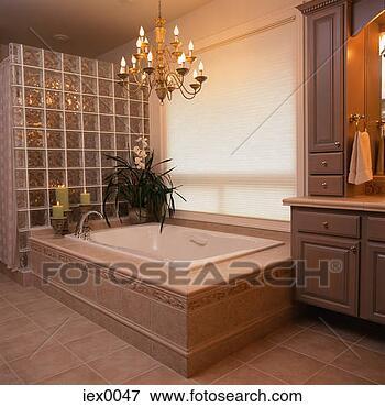 image baignoire sous lustre dans opulent salle bains iex0047 recherchez des photos des. Black Bedroom Furniture Sets. Home Design Ideas