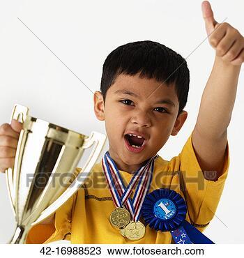 Colección de foto - niño, con, trofeo, y, medallas. Fotosearch - Buscar fotos e imágenes y fotos de Clip Art