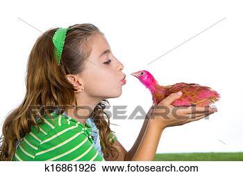 女孩亲吻小鸡图片