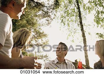 男女一起喝酒的图片