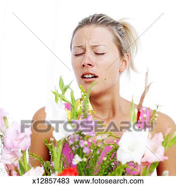 写真館、イメージ館 - 若い, 女, くしゃみをする,  まさしく, 花粉, ほこり,  花. fotosearch  - ストックフォト、写真、壁の壁画、画像とフォトクリップアートの検索
